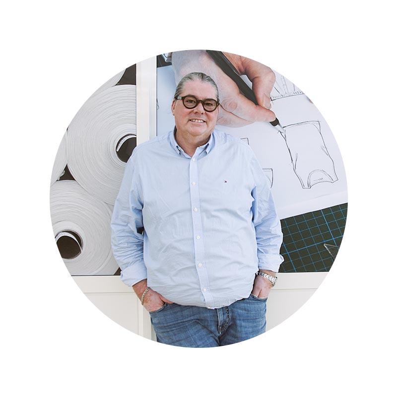 mey® Mitarbeiter Portrait von Christoph Heinzmann vor der Design-Abteilung