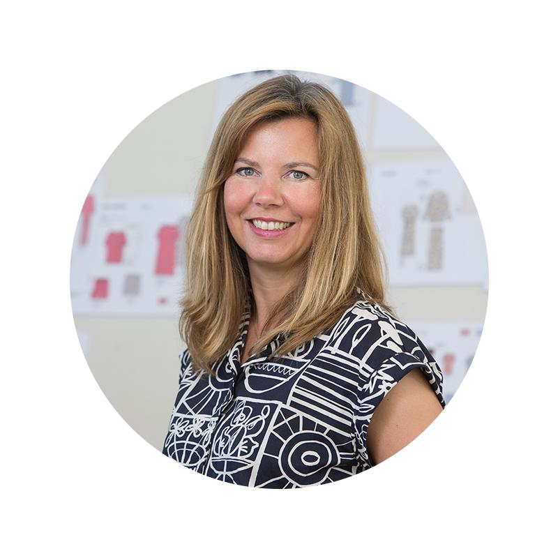 Mitarbeiter Portrait von Claudia Wigge in der Designabteilung vor einem Moodboard mit textilen Inspirationen | mey®