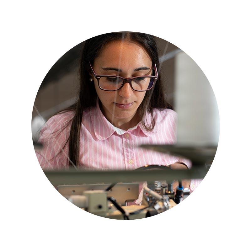 Mitarbeiter Portrait von Inês Margarida Jacinto in der Näherei in Portugal   mey®