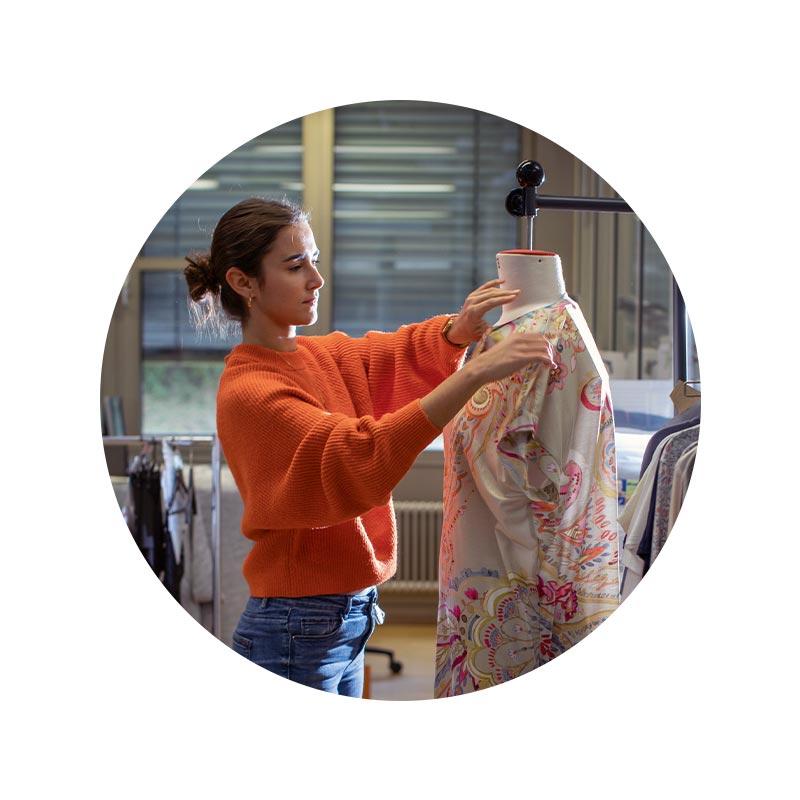 Mey® Serie Exquisit, Model mit Shirt und Slip im Schneidersitz