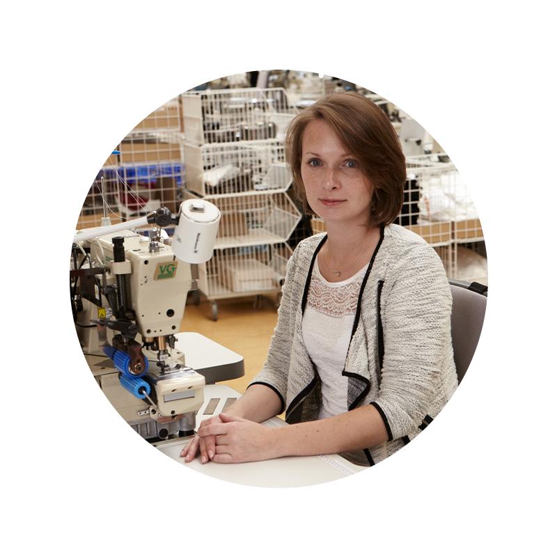 mey® Mitarbeiter Portrait von Vera Wins an der Nähmaschine in der Näherei