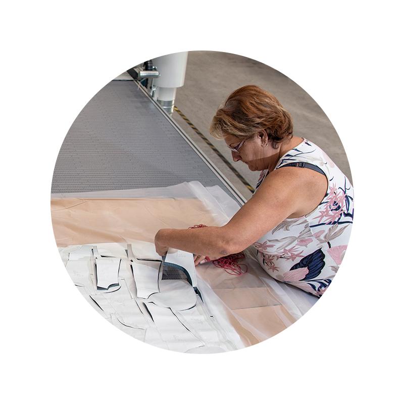 Mitarbeiter Portrait von Tanda Ildikó im Bereich Zuschnitt am Zuschnitttisch mit Schnittteilen | mey®