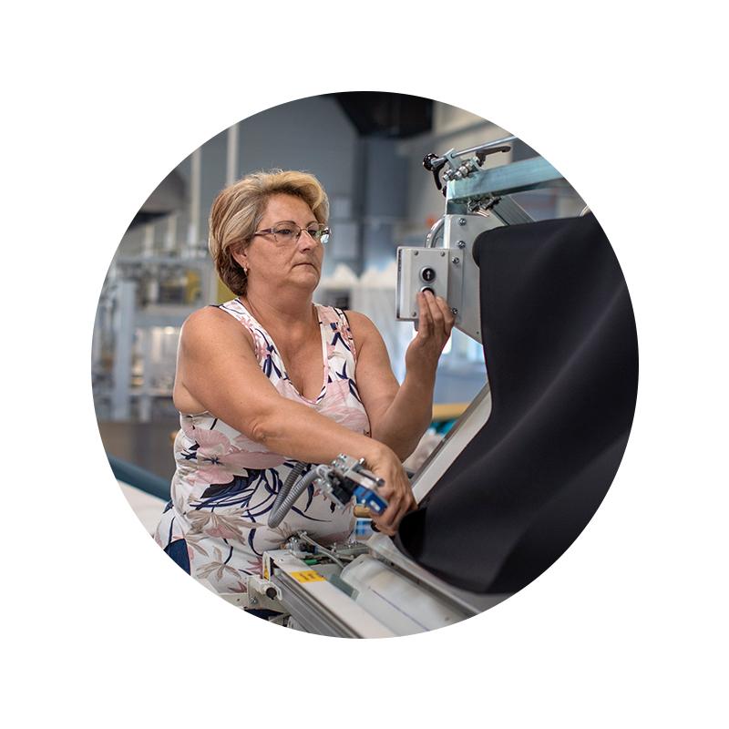 Employee portrait of Tanda Ildikó at a cutting machine in the cutting department | mey®