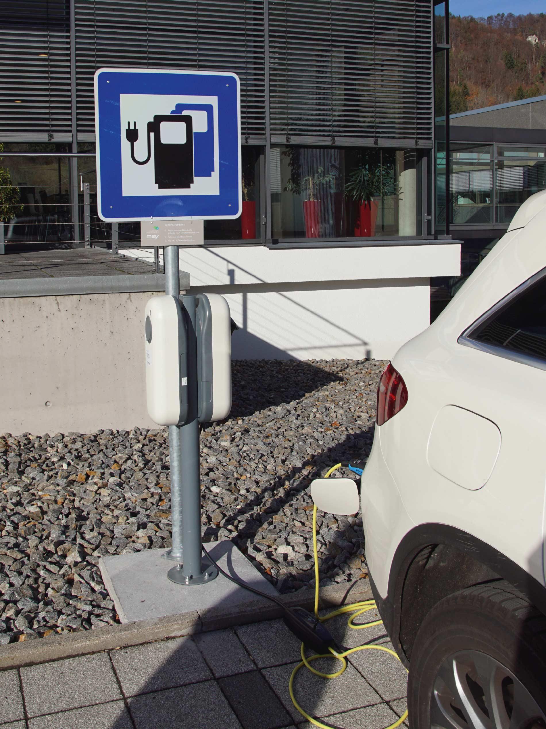 Schild und Elektro-Ladestation für E-Autos vor dem mey Headquarter in Albstadt, Deutschland | mey®