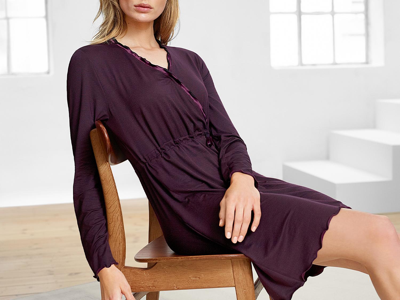 mey® Modelbild Dame mit bordeauxrotem Nachthemd mit langen Ärmeln