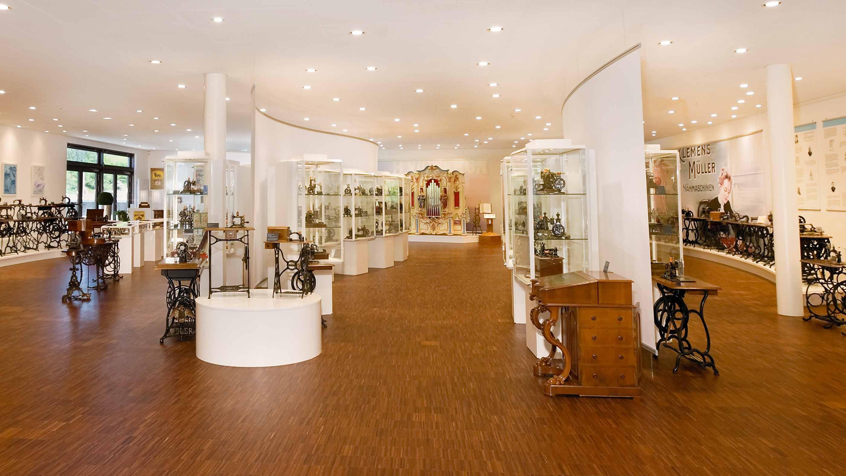 Panoramablick in das Nähmaschinenmuseum aus der Eingangsperspektive   mey®