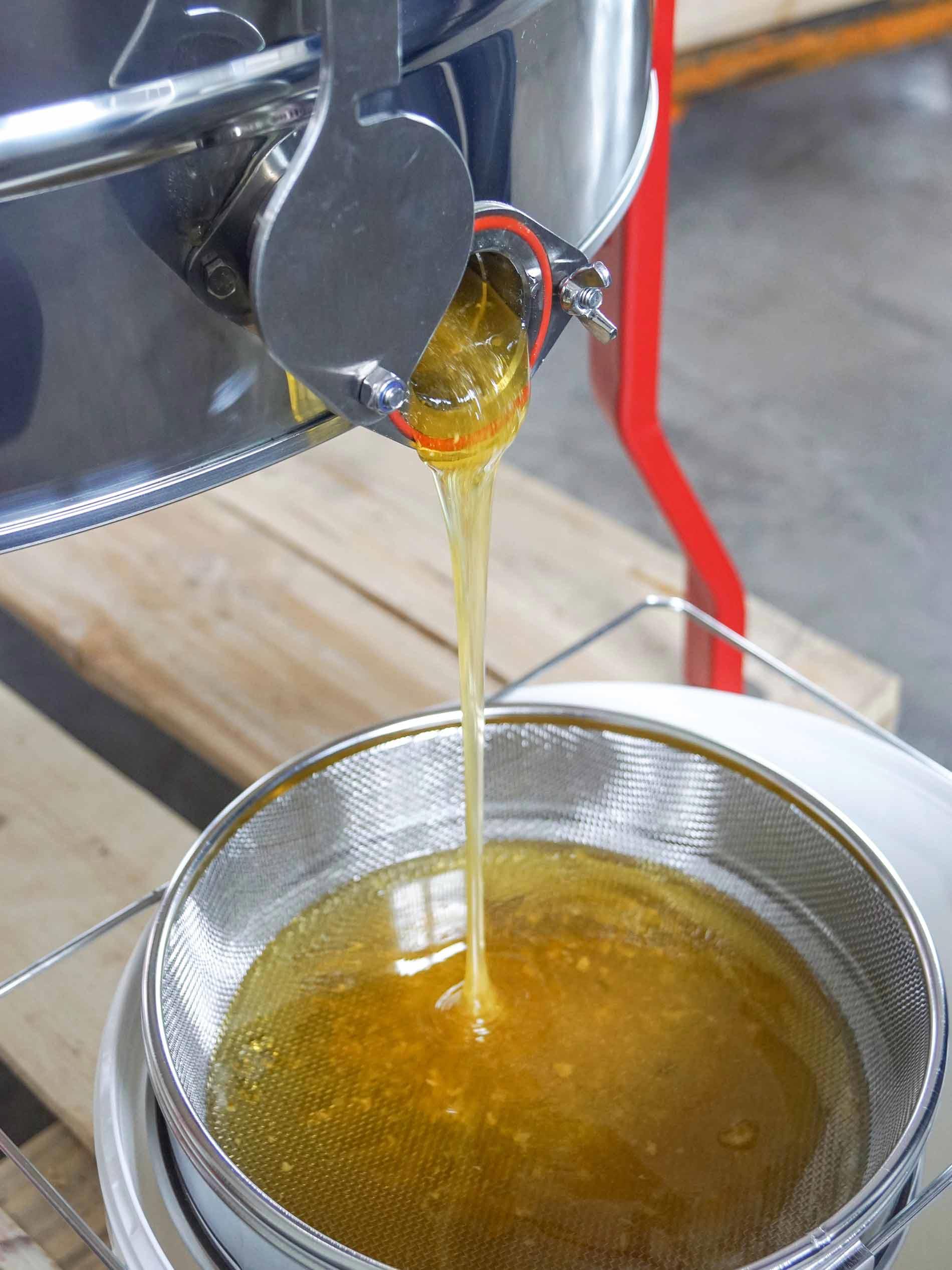 De honing loopt uit de slinger door een dubbele zeef in de honingemmer   mey®