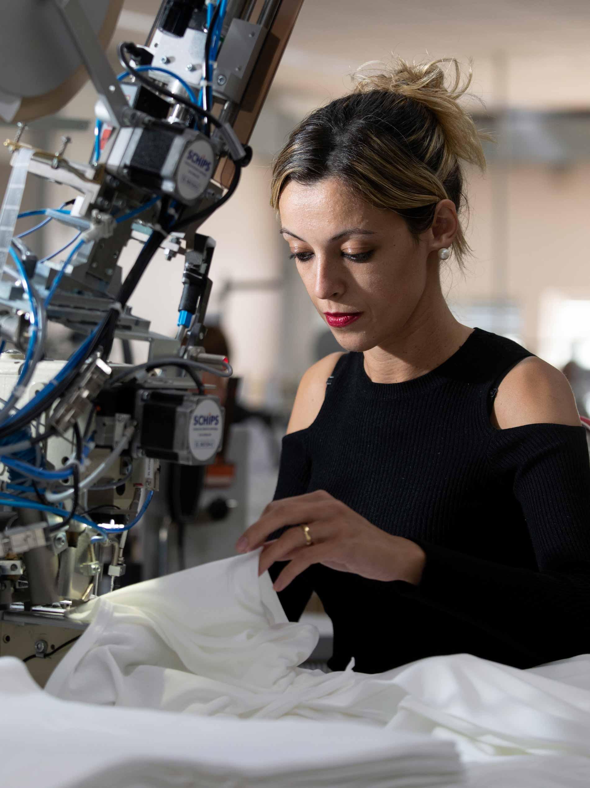 Medewerkster naait een speciale naad aan de witte slips met een speciale machine | mey®
