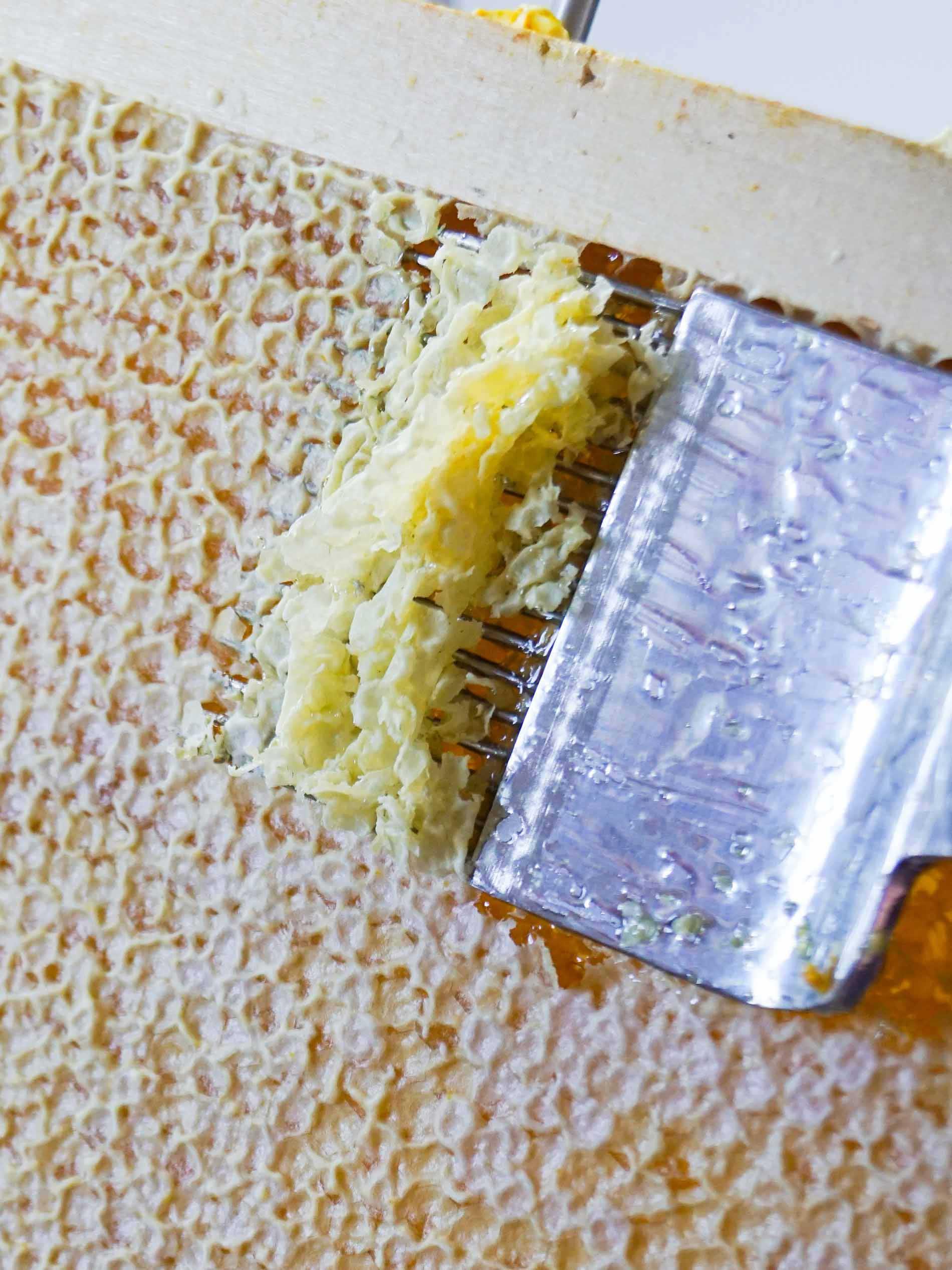 De honingraten worden met een speciale vork ontzegeld   mey®