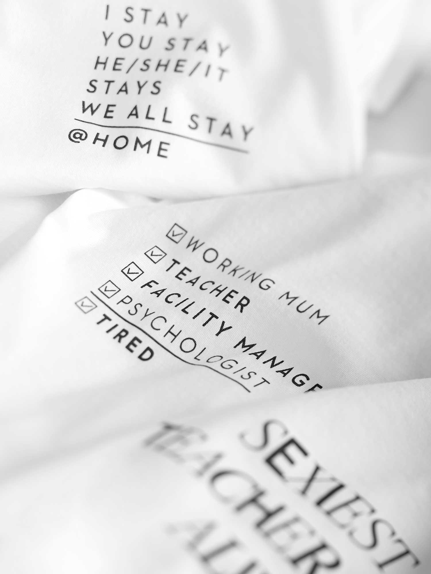 Weiße Bascis-Shirts mit Sprüchen fürs Homeschooling